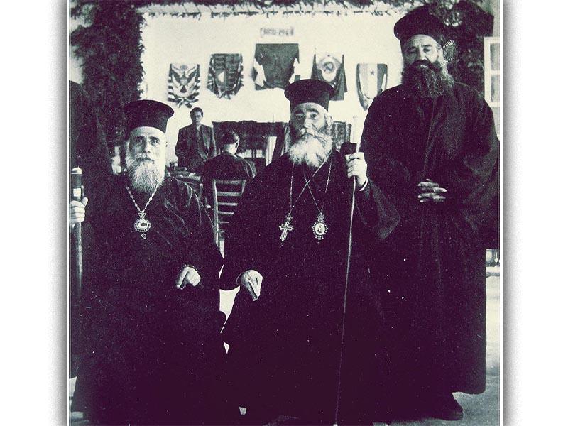 Από αριστερά ο μητροπολίτης Κοζάνης Ιωακείμ, ο μητροπολίτης Ηλείας Αντώνιος και ο εθνοσύμβουλος της ΠΕΕΑ παπά-Στάθης Κτενάς