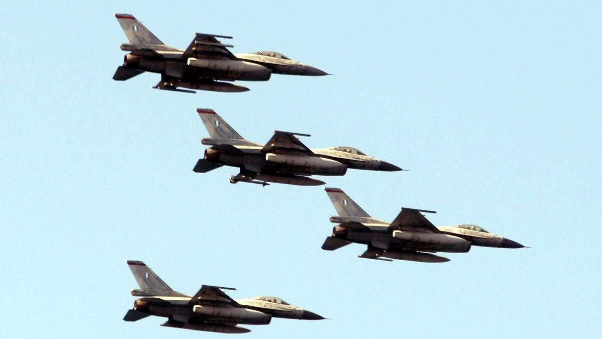 Σμήνος F16 μαχητικών αεροσκαφών της Πολεμικής Αεροπορίας σε παρέλαση στη Θεσσαλονίκη