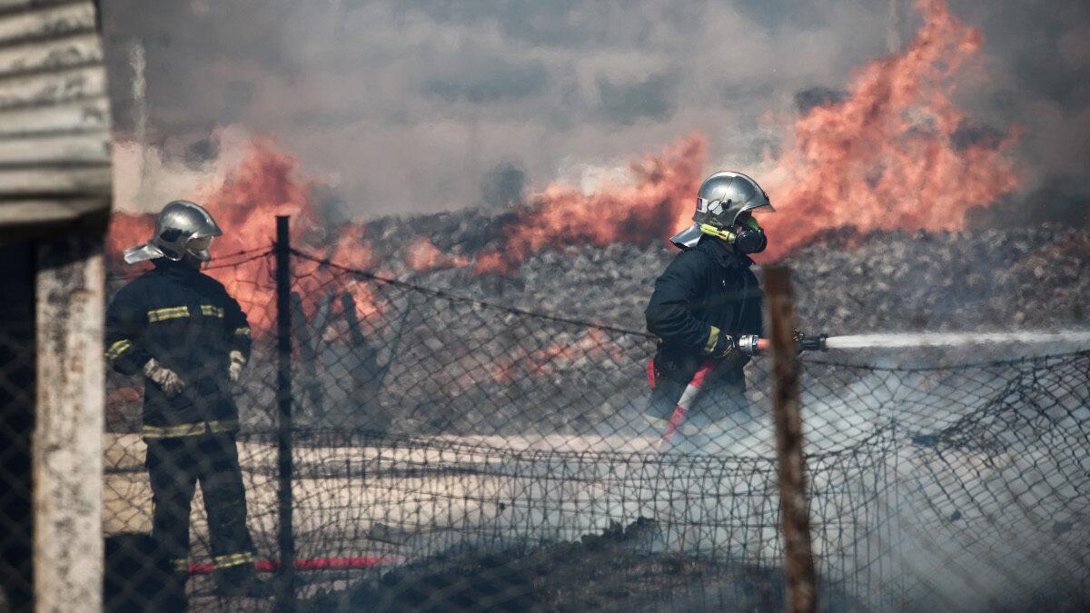 Πυροσβέστες - Πυρκαγιά σε αποθηκευτικό χώρο με ξυλεία και πλαστικά στον Ασπρόπυργο Αττικής την Τρίτη 15 Σεπτεμβρίου 2020