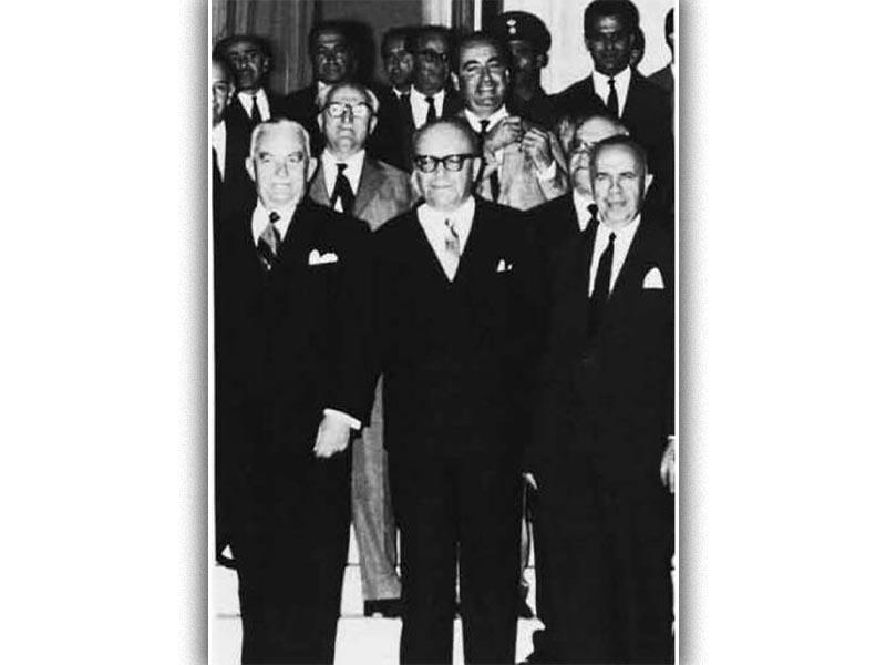 Ο Στ. Στεφανόπουλος με τα μέλη της κυβέρνησής του