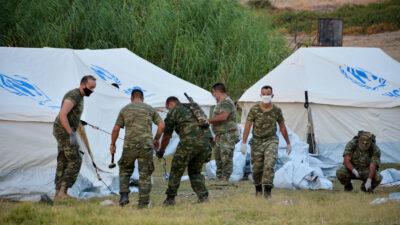 Στελέχη των ΕΔ κατασκευάζουν σκηνές για τους πρόσφυγες στο Καρά Τεπέ στη Λέσβο