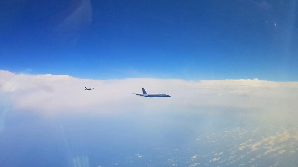 πολεμική αεροπορία συνοδεία αμερικάνικων σκαφών