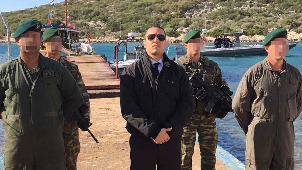 Κασιδιάρης με στρατιωτική φρουρά