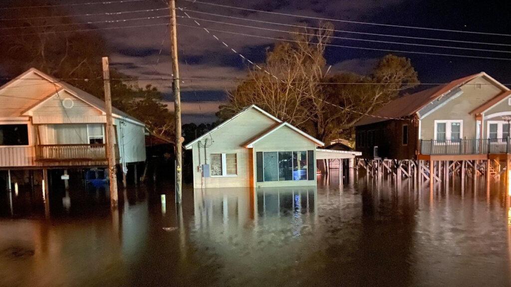 Καταστροφές από τον τυφώνα Delta