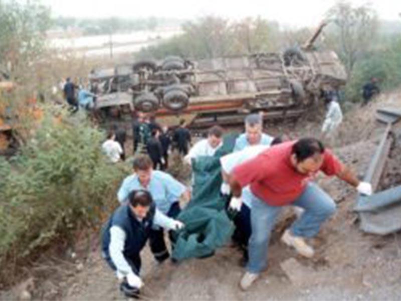 Μεταφορά των θυμάτων από το τροχαίο με τους οπαδούς του ΠΑΟΚ