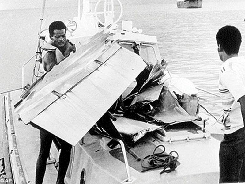 Κουβανοί εμπειρογνώμονες συλλέγουν τα συντρίμμια του Κουβανικού αεροσκάφους μετά την έκρηξη βόμβας που τοποθέτησαν οι εγκληματίες της CIA