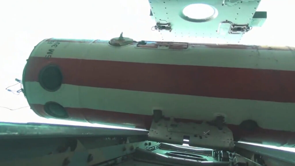 Ανθυποβρυχιακή Βόμβα P-50T μέσα στο «κέλυφός» της κατά την απόρριψη από αεροσκάφος IL38 του ρωσικού Ναυτικού στον Ειρηνικό Ωκεανό