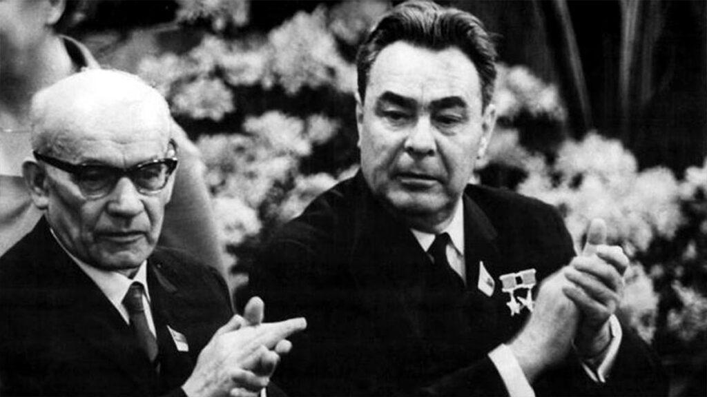 Ο Βλάντισλαβ Γκομούλκα με τον Λ. Μπρέζνιεφ