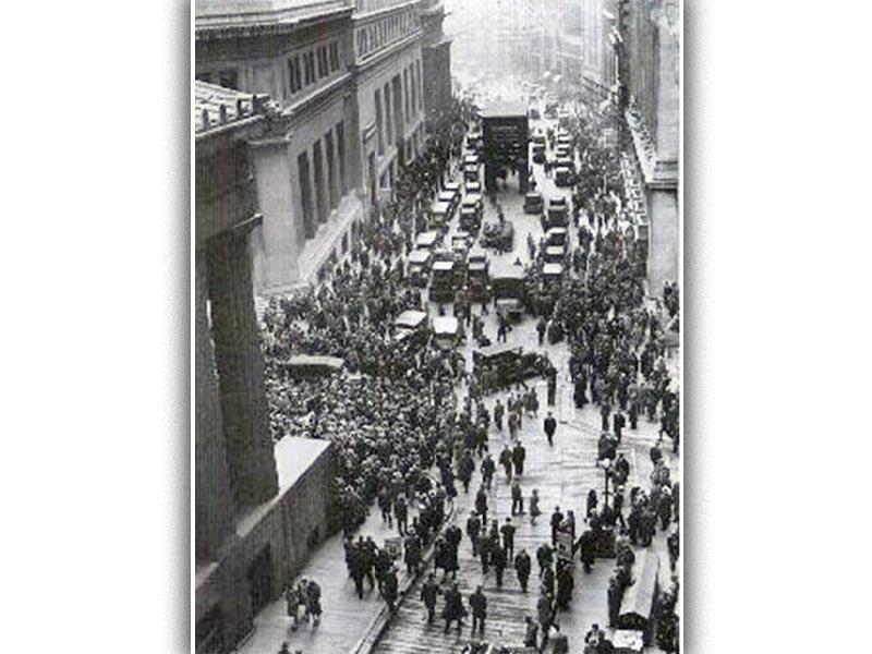 Πλήθος κόσμου έξω από το χρηματιστήριο της Ν. Υόρκης