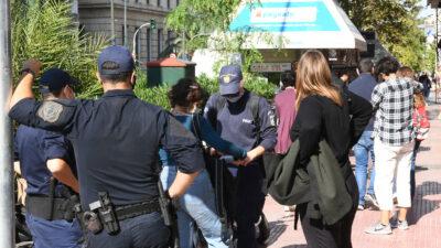 Αθήνα 22/10/2020 - Η Αστυνομία ψάχνει τσάντες μαθητών
