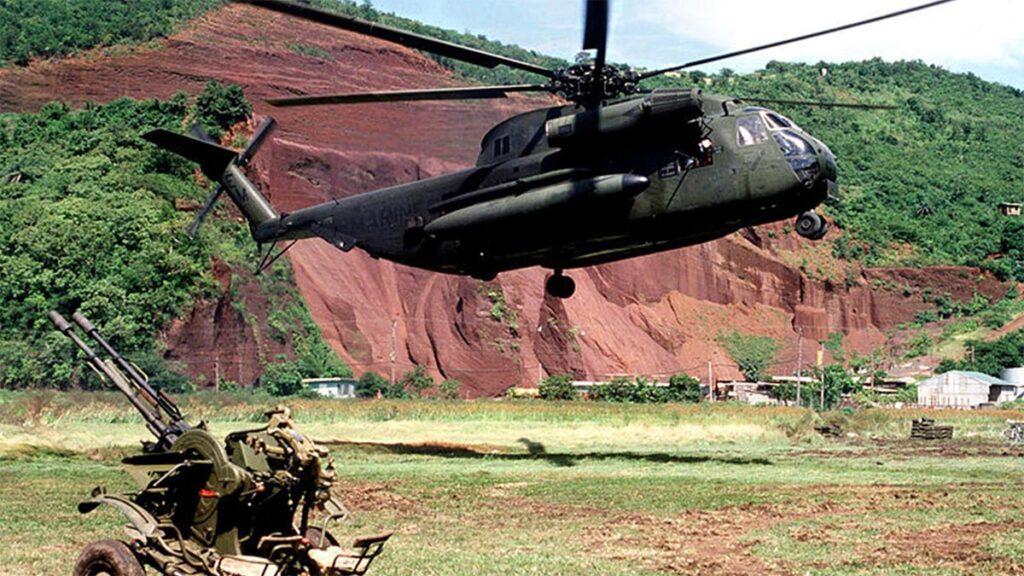 Ελικόπτερο των Αμερικανών εισβολέων στη Γρενάδα