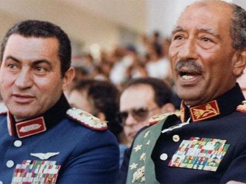 Ο Χόσνι Μουμπάρακ, δίπλα στον Ανουάρ Σαντάτ λίγα λεπτά πριν την δολοφονία του