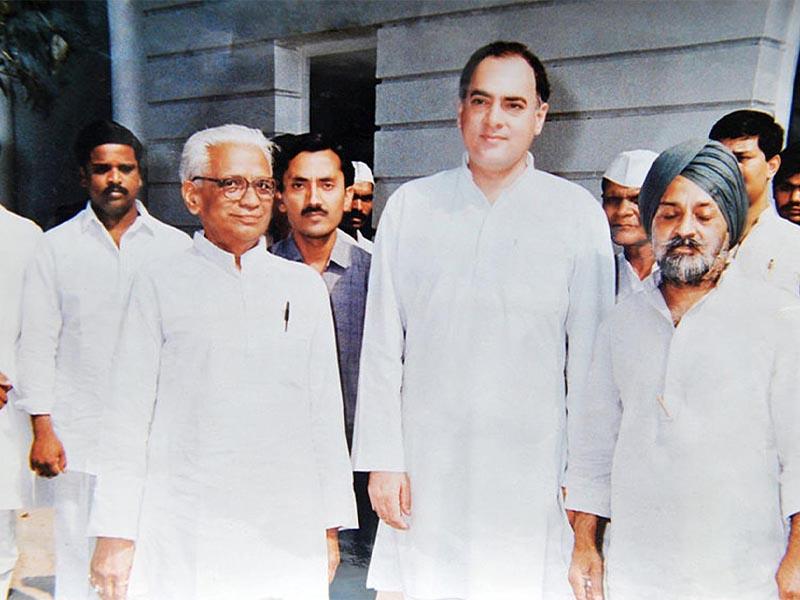 Ο Ρατζίβ Γκάντι (δεύτερος από δεξιά)