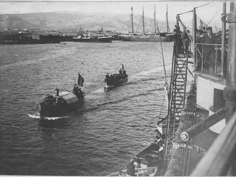 Πλοία του Γαλλικού Ναυτικού έχουν αποκλείσει τον Πειραιά