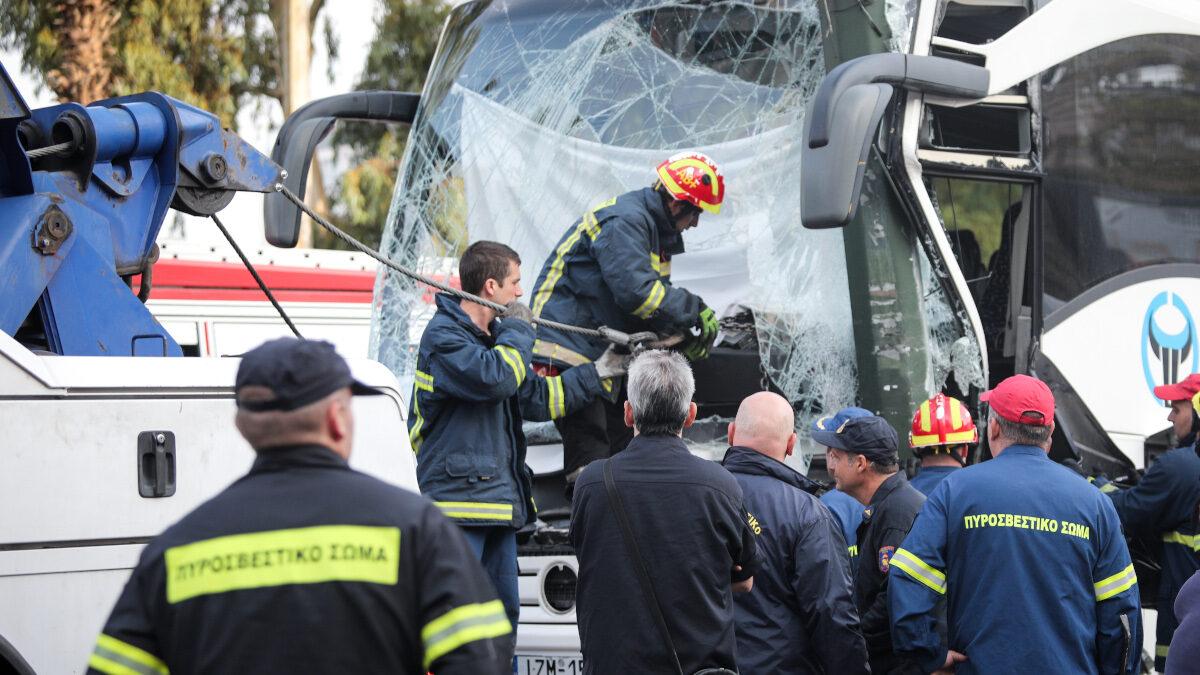 Επιχείρηση της πυροσβεστικής για τον απεγκλωβισμό οδηγού τουριστικού λεωφορείου,που προσέκρουσε σε κολόνα νωρίς το πρωί λόγω ολισθηρότητας του οδοστρώματος στην ακτή Μιαούλη στον Πειραιά, Πέμπτη 24 Σεπτεμβρίου 2020