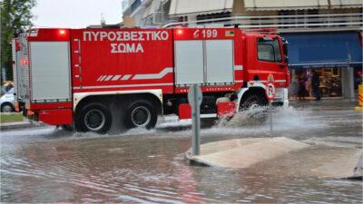 Όχημα της Πυροσβεστικής σε πλημμυρισμένους δρόμους