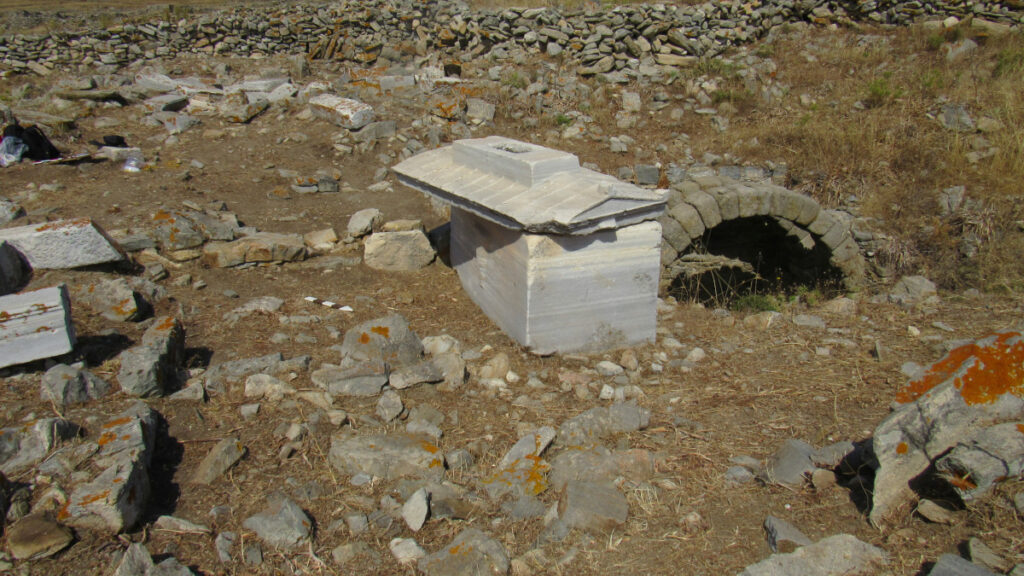 Αρχαιολογικά ευρύματα στη Ρήνεια των Κυκλάδων / Ταφικός περίβολος με τη σαρκοφάγο της Ρωμαίας Τερτίας Ωραρίας Τρυφέρας και δεξαμενή για τις ταφικές τελετουργίες
