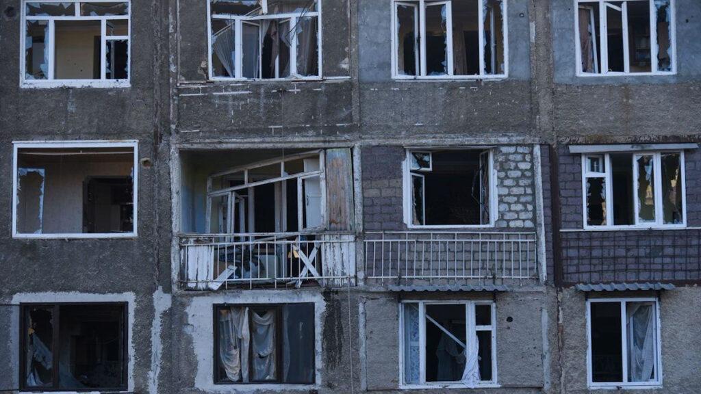 Βομβαρδισμένα κτίρια στην πρωτεύουσα Στεπαναμερτ της αυτόνομης περιοχής Ναγκόρνο - Καραμπάχ, του Αζερμπαϊτζάν, απο το πυροβολικό του Αζερμπαϊτζάν
