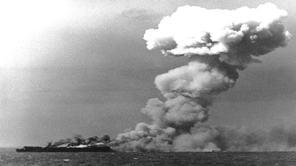Το αεροπλανοφόρο «USS Princeton» χτυπημένο κατά τη διάρκεια της ναυμαχίας