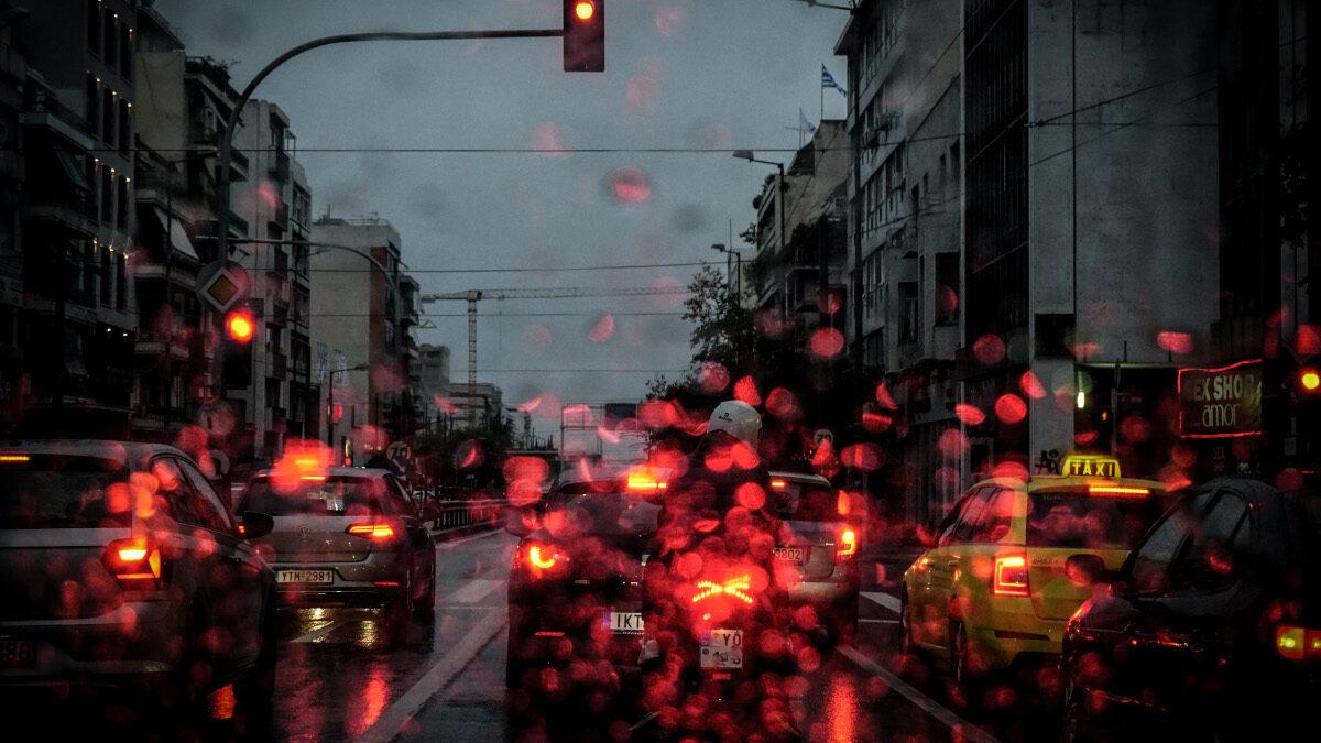 καιρός - Βροχή στους δρόμους της Αθήνας
