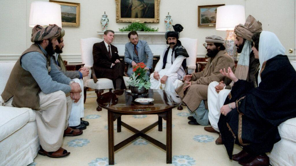 Ο Πρόεδρος των ΗΠΑ Ρόναλντ Ρέιγκαν σε συνάντηση με τους Ταλιμπάν στο Λευκό Οίκο