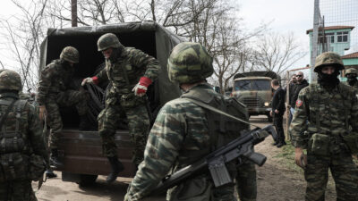 Στρατιώτες βγαίνουν από καναδέζα στον Έβρο