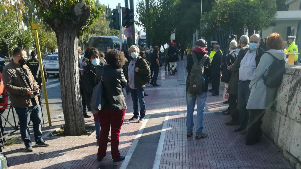Διάβημα διαμαρτυρίας και επίδοση ψηφίσματος στην Βουλή, που υπογράφουν βουλευτές του ΣΥΡΙΖΑ, ΚΚΕ και ΜΕΡΑ 25 για την απαγόρευση των συγκεντρώσεων για την επέτειο του Πολυτεχνείου την Δευτέρα 16 Νοεμβρίου 2020. / Πηγή: alt.gr