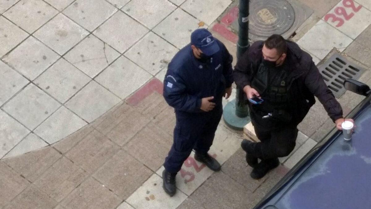Αστυνομοκρατία στην πόλη της Καρδίτσας. Στη φωτογραφία κάτω από τα γραφεία του ΚΚΕ