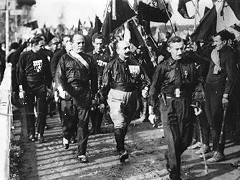 Ο Μουσολίνι ανάμεσα σε μελανοχίτωνες το 1921
