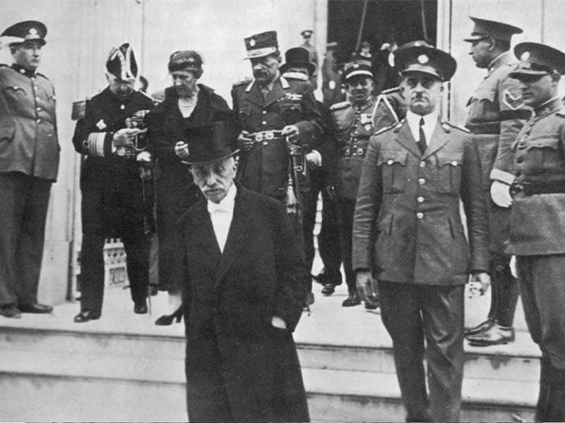 Ο Παναγής Τσαλδάρης βγαίνει από την Βουλή. Πίσω του ο Γ. Κονδύλης (1932)