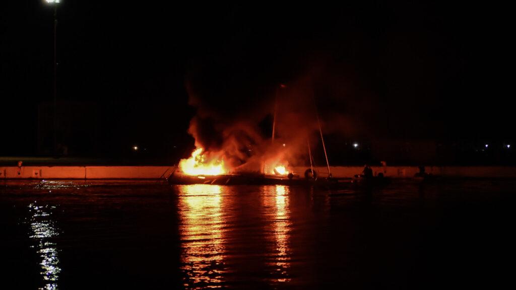 Πυρκαγιά σε ιστιοφόρο που ελλιμενίζονταν εντός της Μαρίνας στην Πρέβεζα την Τετάρτη 4 Νοεμβρίου 2020. (EUROKINISSI/ΓΙΩΡΓΟΣ ΕΥΣΤΑΘΙΟΥ)