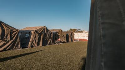 Στρατιωτικές Σκηνές σε Γήπεδο για τους σεισμοπαθείς της Σάμου