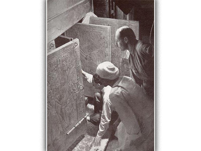 Ο Χάουαρντ Κάρτερ ανοίγει τον τάφο του Τουταγχαμών