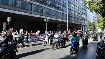 Απεργία 26/11/2020 - Υπουργείο Εργασίας: Συμβολική παρέμβαση στο υπουργείο Εργασίας πραγματοποίησαν το πρωί εκπρόσωποι των Διοικητικών Συμβουλίων των Ομοσπονδιών, Σωματείων και του ΕΚΑ, στο πλαίσιο της σημερινής 24ωρης απεργίας