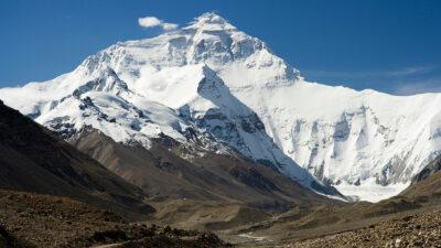 Η κορυφή Έβερεστ των Ιμαλαΐων από τη βόρια πλευρά όπως φαίνεται από την κατασκήνωση βάσης στο Θιβέτ το 2006