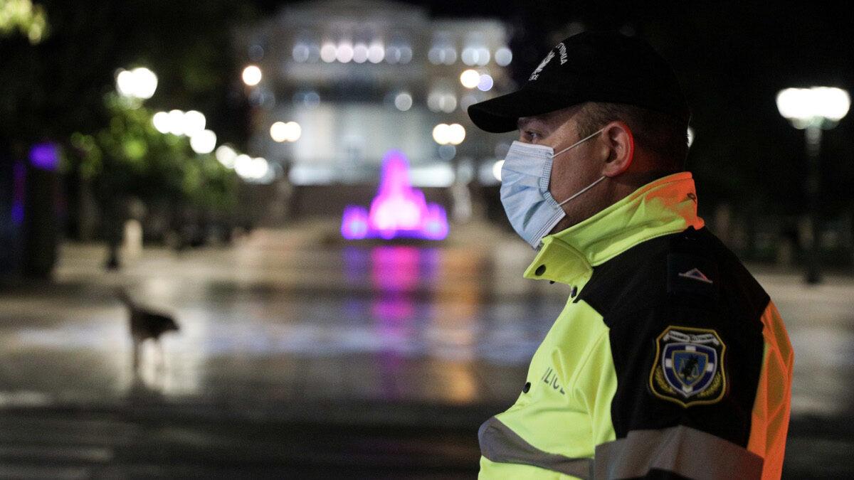 Αστυνομικός σε βραδινή υπηρεσία στο Σύνταγμα