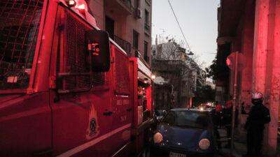 Πυροσβεστική - Πυρκαγιά σε ακάλυπτο χώρο εγκαταλελειμμένου σπιτιού στη συμβολή της οδού Ιπποκράτους με την Ερεσού, στα Εξάρχεια, Αθήνα