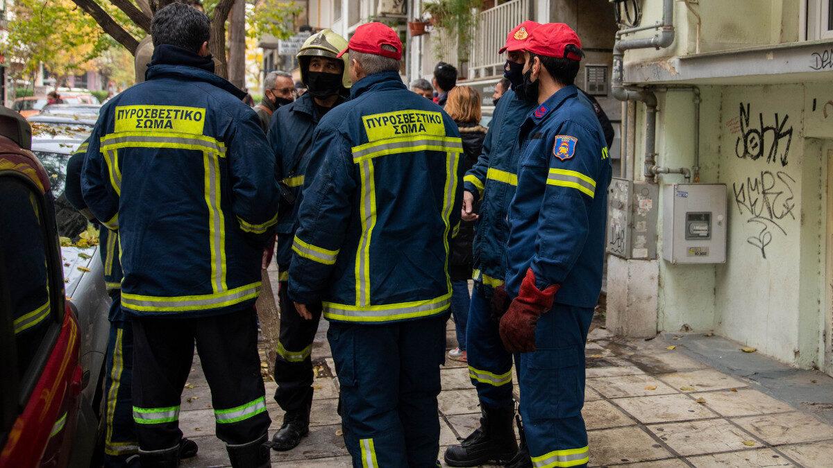Πυροσβέστες σε κατάσβεση πυρκαγιάς σε διαμέρισμα στη Θεσσαλονίκη - Δεκέμβρης 2020