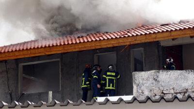 Πυροσβέστες επιχειρούν σε πυρκαγιά που εκδηλώθηκε σε σπίτι από κεραυνό στη Ρόδο