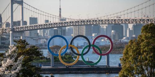 Το σύμβολο των Ολυμπιακών Αγώνων του Τόκιο, οι πέντε επιβλητικοί Ολυμπιακοί κύκλοι δίπλα στη γέφυρα του ουράνιου τόξου