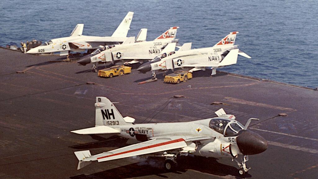 Αεροπλάνο A-6A-VA-75 ενώ προνηώνεται στο Αεροπλανοφόρο USS Kitty Hawk CV 63 το 1968