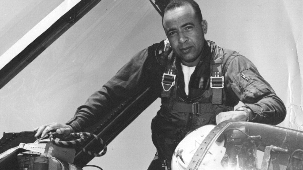 Benjamin Cloud: Γεννήθηκε 6 Νοέμβρη του 1931 στο Σαν Ντιέγκο. Ήταν 41 χρονών στην Ανταρσία του πλοίου και Ύπαρχος με τον βαθμό του Αντιπλοιάρχου. Αποστρατεύτηκε το 1984 αν και δεν ανέλαβε ποτέ ξανά διοικητικά καθήκοντα στο στόλο. Πέθανε το 2003