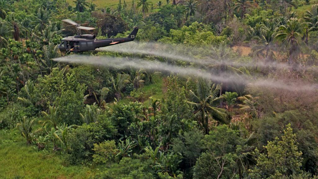 Ελικόπτερο UH-1D της 336ης Αερομεταφερόμενης Ταξιαρχίας του Στρατού των ΗΠΑ ενώ ψεκάζει με χημικά (τον «πορτοκαλί παράγοντα») την ύπαιθρο του Νοτίου Βιετνάμ το 1969