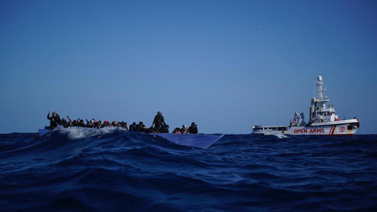 Πλοίο της Open Arms σώζει μετανάστες στη Μεσόγειο