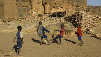 Παιδιά παίζουν μπάλα στην πόλη Ντόγκο, στο Μάλι της Αφρικής