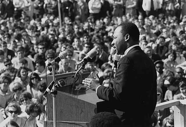 Ο Μάρτιν Λούθερ Κίνγκ μιλάει σε αντιμπεριαλιστική συγκέντρωση στην Πανεπιστημιούπολη του Πανεπιστημίου της Μινεσότα 27-4-1967