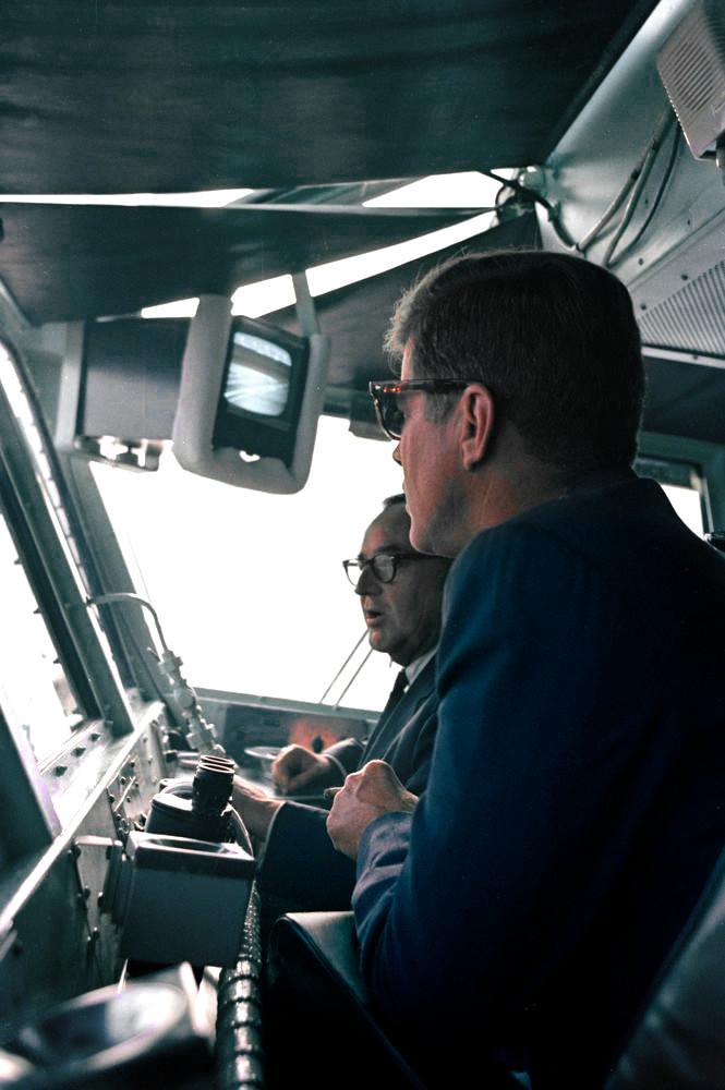 Ο Πρόεδρος των ΗΠΑ Κένεντι μαζί με τον Κυβερνήτη του Λος Άντζελες, Brown - Εδώ το 1963 στη Γέφυρα του USS KITTY HAWK