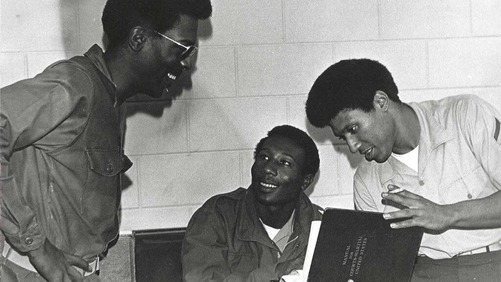 """Sumter-Three"" - Οι τρεις κατηγορούμενοι για ανταρσία στο Αρματαγωγό USS Sumter (LST-1181) - Εδώ σε μελέτη κατά τη διάρκεια της δίκης στην Οκινάουα, Ιαπωνία 1972"