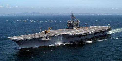 Το Αεροπλανοφόρο USS Kitty Hawk CV63 στον Ειρηνικό Ωκεανό το 2005