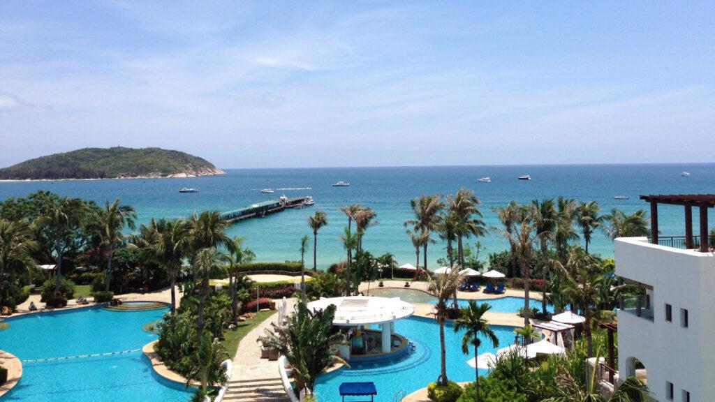 Χαρακτηριστική ξενοδοχειακή εγκατάσταση σε παραλία στο τροπικό νησί Χαϊνάν, Κίνα - Νότια Κινεζική Θάλασσα